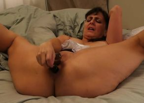 Mature tramp puts on a flash with her